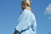 С чем носить голубую женскую рубашку