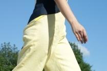 С чем носить широкие льняные брюки