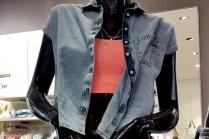 С чем носить джинсовую жилетку без рукавов