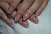 Маникюр с блестками на коротких ногтях
