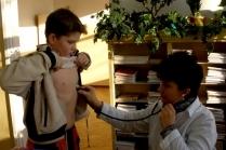 Как помочь ребенку при коликах в животе