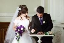 Свадебная прическа на длинные волосы с фатой и челкой